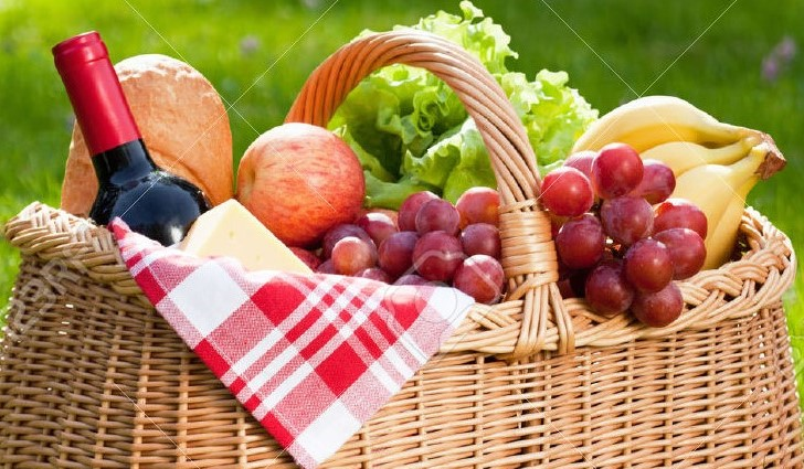 40130595-Picnic-basket-with-food-on-green-sunny-lawn--Stock-Photo-spring.jpg